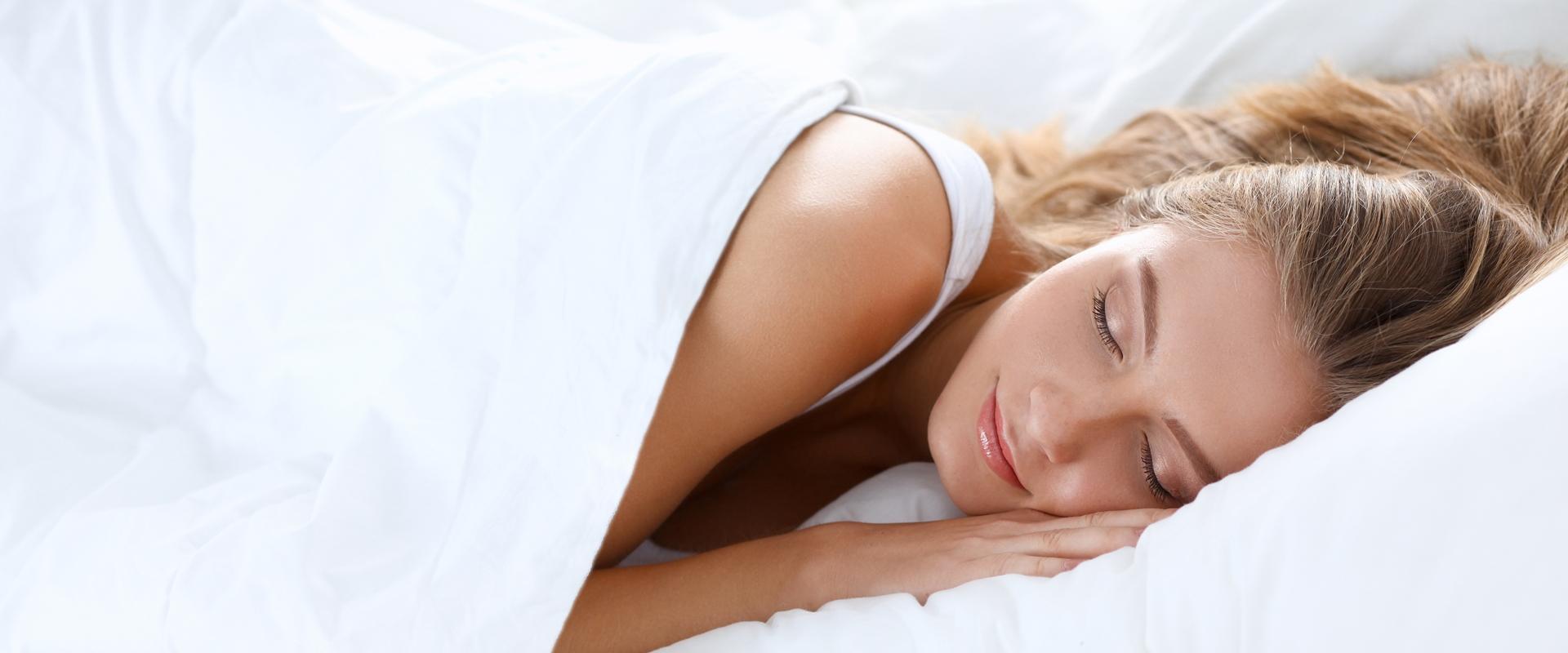 Schlafende-Frau-Fotolia_ohne-Silbernaht-94260850_XXL-1920x800px